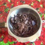 Breek de chocolade in stukjes in een metalen kom en smelt de chocolade 'au bain marie' boven een pan met heet water.