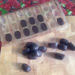 Houd de vorm op zijn kop en tik enkele keren op een harde ondergrond. De bonbons rollen er vanzelf uit. (lukt het dit dan de vorm 10 tot 20 min. in de diepvries zetten.) Bij een zachte vorm druk je de bonbons uit de vorm.